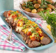 Helstekt fläskfilé och rostad potatissallad med primörer. Enkel men god bjudmat!