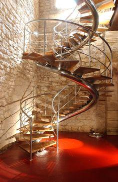 Escalera que une el Salón de Actos y la sala de vinificación original.
