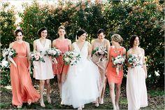 Brautjungfern in verschieden Kleidern in apricot und pastell