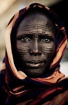 Femme de la tribu Nuer, situé dans le sud du Soudan et ouest de l' Ethiopie. Il est un moyen d'identification transmis de famille en famille, les membres du même village,