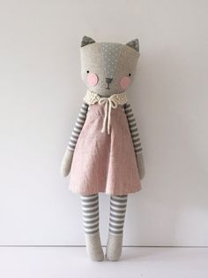 Luckyjuju poupées sont faits à la main de surtout tissus nouveaux et parfois vintage, feutre, dentelle, ruban, fil et polyfill farce. Le visage est