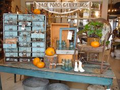 Just Stunning Vignette! Stopped Dead In My Tracks when I was greeted by this AwEsoMe Fall Display! *~ Over-The-Top FaB ~* . Antique Store Displays, Flea Market Displays, Antique Mall Booth, Antique Booth Ideas, Vintage Display, Antique Stores, Shop Displays, Flea Markets, Autumn Display