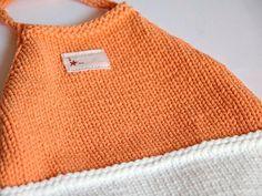 Bañador bicolor naranja y blanco, talla 3 meses. Tejido a mano con hilo elástico especial para el agua. Se puede lavar a máquina.