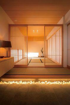 Tatami entrance and lattice house Japanese Style House, Traditional Japanese House, Japanese Interior Design, Japanese Home Decor, Japanese Homes, Japan Interior, Tatami Room, Japanese Bedroom, Interior Minimalista