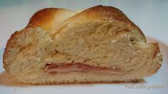 Brioche relleno de jamón, queso y bacon