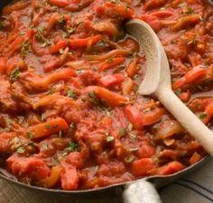 Ecco la ricetta originale della peperonata siciliana. Ricco e gustoso contorno ottimo per condire le bruschette