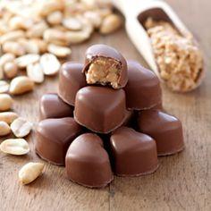 Na Dzień Czekolady – domowe czekoladki w mlecznej czekoladzie, z nadzieniem z masła orzechowego i kawałkami fistaszków.