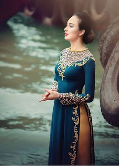 """The Vietnamese """"Ao Dai"""", the long gown worn with trousers by Vietnamese women, has become the symbol of the Vietnamese feminine beauty, an. Vietnamese Clothing, Vietnamese Dress, Traditional Fashion, Traditional Dresses, Ao Dai, Moda China, Belle Silhouette, Culture Clothing, Vietnamese Traditional Dress"""