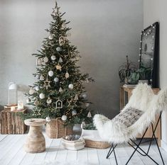 Maisons du Monde nous propose ses inspirations pour Noël 2020 - PLANETE DECO a homes world Purple Christmas, Cozy Christmas, Modern Christmas, Christmas Trends, Christmas Inspiration, Navidad Natural, Christmas Tree Decorations, Holiday Decor, Living Room Decor Inspiration