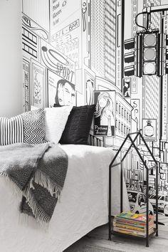 Koululaisen huoneen graafinen seinä on Cartoon City -valokuvatapetti, Rebel Walls. Rautainen halkoteline toimii myös lehtitelineenä, Pentik.