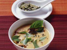 Kürbissuppe mit Kokos, Ingwer und Zimt | Zeit: 35 Min. | http://eatsmarter.de/rezepte/kuerbissuppe-mit-kokos-ingwer-und-zimt