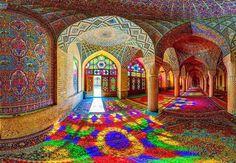 Também conhecida como Pink Mosque (Mesquita Rosa), foi construída durante a era Q?j?r ( a obra começou em 1876 e foi concluída em 1888), e continua linda e em ótimo estado até hoje.  Os designers responsáveis pela obra de arte foram Muhammad Hasan-e-Memar e Muhammad Reza Kashi Paz-e-Shirazi, que usaram vidro colorido em toda a extensão da mesquita, causando um efeito arrebatador em quem entra lá pela primeira vez,