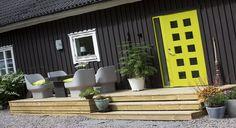 Yderdør i flot kontrast til det sortmalede træ, Character Square Garage Doors, The Originals, Architecture, Outdoor Decor, Inspiration, Design, Home Decor, Character, Modern