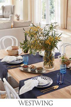 Ihr liebt Euer Zuhause und verwöhnt Euch und Eure Familie oder Freunde gerne mit köstlichen Leckereien?  Stilvolle Accessoires rund um den gedeckten Tisch schaffen eine gute Grundlage für gemütliche Abende in geselliger Runde. Als guter Gastgeber solltet Ihr auf jeden Fall unsere Kategorie Tisch & Bar auf WestwingNow nicht aus den Augen lassen! // Interior Inspo Möbel Dekoration Wohnideen Home Einrichten #westwing #mywestwingstyle #tischdeko #tableware #tafel #brunch #dinner #sommer Decor, Furniture, Home, Table Settings, Table, Table Decorations, Ideas Para