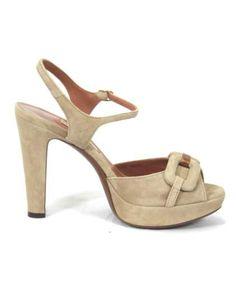 Sandalo peep toe in suède con morsetto tono su tono. Allacciatura alla caviglia e suola in cuoio. Platform alta 2 cm e tacco 11 cm.