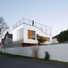 A Nantes, les architectes du studio Mabire-Reich ont conçu le projet d'extension d'une maison sanssacrifier l'espace extérieur. L'extension se tourne vers lui et devient une machine à capter les vues offertes par l'environnement. ...