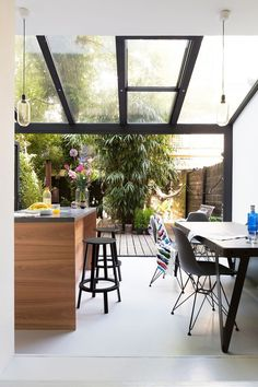 Amsterdamse loft met stalen serre Outdoor Furniture Sets, Outdoor Decor, Home Reno, Patio Doors, Scandinavian Style, Sunroom, Cool Kitchens, Interior Styling, Decoration
