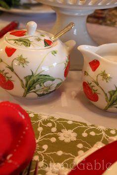 Strawberry cream & sugar set - love this Strawberry Kitchen, Strawberry Hill, Strawberry Fields Forever, Strawberry Patch, Strawberry Recipes, Strawberry Shortcake, Strawberry Decorations, Red Cottage, Cream And Sugar