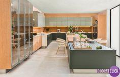 Decoração de Interiores – Cozinhas Um sonho de cozinha, combinando modernidade e aconchego, esta cozinha ampla combina cores lindamente. Madeira, tons de cinza e vidro compõem esta decoração. Instalado no centro do espaço, um enorme balcão domina este ambiente. Ele serve de apoio, mesa para refeições e bancada para a pia. Cozinha maravilhosa! Post novo no DecoraBlog!  http://decoraclick.com.br/decoracao-de-interiores-cozinhas-13/
