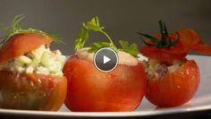 Trio van gevulde tomaten met drie soorten salades