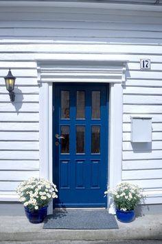Blue door in #flekkefjord #hollenderbyen @monatersdal
