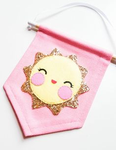 Molde Bandeirinha em feltro - Ver e Fazer Felt Diy, Felt Crafts, Diy And Crafts, Sewing Crafts, Sewing Projects, Nursery Canvas, Bunting Banner, Buntings, Felt Decorations