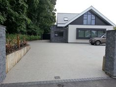 A modern driveway style can improve the curb appeal of your house. Some of the most popular types of modern driveway products in usage for high-end houses Resin Driveway, Driveway Paving, Stone Driveway, Driveway Landscaping, Modern Landscaping, Aggregate Driveway, Concrete Driveways, Front Garden Ideas Driveway, Modern Driveway