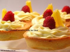 Tartellette di frolla con chantilly all'arancia e lamponi