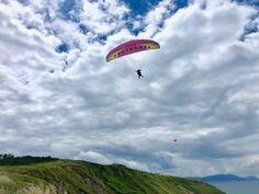 ¡Nos encantan las nubes! Vuelos en parapente en Sopelana #skynorte #sopelana #euskadi #basquecountry Bilbao, Costa, Paragliding, Parking, Clouds, Adventure, Beach