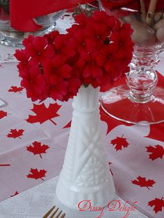 White and red colors, national symbols and creative craft ideas help bring the Canada Day spirit into Canadian homes and design unique and beautiful holiday table decorations and centerpieces Canada Day 150, Canada Day Party, O Canada, Party Table Centerpieces, Table Decorations, Canadian Party, Canada Day Fireworks, Party Themes, Party Ideas