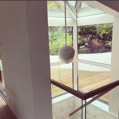 Sukkerrør skaper et spennende interiør i trappeoppgangen og gir 3D tekstur til veggene. Sukkerrør platene... Lighting, Wall, Home Decor, Decoration Home, Light Fixtures, Room Decor, Lights, Interior Design, Lightning