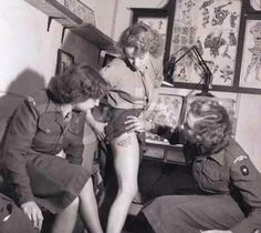 vintage everyday: Women's Royal Army Corps member showing new tattoo on leg to fellow enlistees in WWII Vintage Pictures, Old Pictures, Old Photos, Images Photos, Military Women, Military History, Ju Jitsu, Vintage Photographs, Vintage Beauty