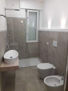Home Interior Cuadros .Home Interior Cuadros Bathroom Windows In Shower, Small Bathroom With Shower, Window In Shower, Tiny House Bathroom, Minimalist Small Bathrooms, Modern Small Bathrooms, Modern Bathroom, Bathroom Design Layout, Bathroom Design Small
