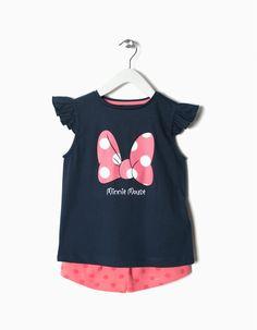 Conjunto com top e calções de 100% algodão com estampado da Minnie Mouse Disney para menina. Top com folhos sobre os ombros e estampado à frente. Calções à