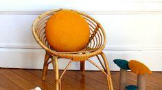 Un fauteuil en rotin ambiance rétro // http://www.deco.fr/diaporama/photo-une-deco-originale-pour-la-chambre-d-enfant-69416/un-fauteuil-en-rotin-ambiance-retro-980254/