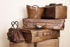 Collection de valises en cuir et sacs empilés