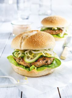 Burgers de dinde et mayonnaise au sriracha Ricardo Volume 14 p. Vegetarian Barbecue, Barbecue Recipes, Vegetarian Cooking, Healthy Cooking, Vegetarian Recipes, Cooking Recipes, Batch Cooking, Cooking Tips, Healthy Food