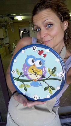 ceramic as a craft: Wall clock with owl.- ceramica come mestiere: Orologio da parete con gufo. ceramic as a craft: Wall clock with owl. Ceramic Painting, Diy Painting, Ceramic Art, Polymer Clay Projects, Clay Crafts, Clay Magnets, Photo Wall Clocks, Glazed Ceramic, Ceramic Plates