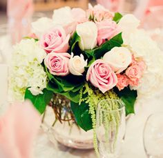 Arranjos de Flores,lvestres brancas.   Elegante arranjo de flores, que usa as tradicionais rosas, em três tons suaves, juntamente com um pé de de hidrangea ainda verde e folhas verdes suculentas.