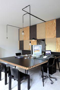 Mur de rangements en patchwork de bois et tables-bureaux en face à face / Archi : ATELIER PREMIER ETAGE