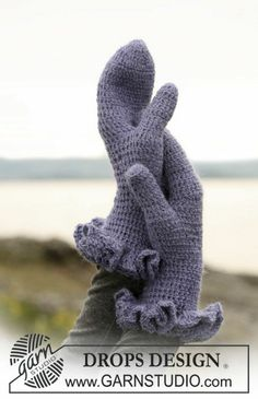 Crochet mittens with wavy border : free pattern.