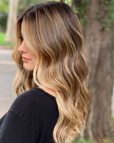 Dark Roots Blonde Hair, Honey Blonde Hair, Blonde Hair With Highlights, Hair Color Balayage, Ombre Hair, Caramel Highlights, Blonde Balayage, Hair Color Shades, Hair Color And Cut