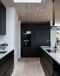 Modern design trends generally point to all white as the kitchen color palette of choice. But what about the opposite. Home Decor Kitchen, Home Kitchens, Küchen Design, House Design, Design Trends, Modern Design, White Wood Kitchens, Torrevieja, Black Rooms