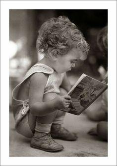 Comfortably reading, / Steve Given I Love Books, Good Books, Books To Read, Woman Reading, Kids Reading, Precious Children, Beautiful Children, Cool Baby, Foto Blog