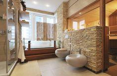 salle de bain pierre naturelle avec sol en carrelage grand format, parement bois et faux plafond design