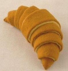 デニッシュキットのクロワッサンを作りました。おおよそですが実物大になっています。 上の写真は前から、下は後ろから見たところです。 チョキチクさんのデザ...