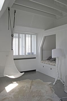 Tienerkamer inspiratie met IKEA hangstoel en bedstee