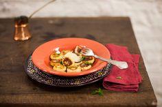 Mão na massa! Hora de trocar o tradicional espaguete pelo nhoque, e a batata pela ricota. E para finalizar este prato maravilha, acrescente parmesão ralado e folhas de manjericão.