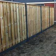 Schutting hout beton antraciet, zichtdicht tuinscherm chroomvrij geimpregneerd en gewaxd grenen 21 planks waarvan 19pl horizontaal of verticaal, breedte 14cm, dikte 16mm, FSC gecertificeerd hout incl. antraciet betonpaal, betonplaat en bevestigingsmateriaal. Indicatie plaatsingskosten 15,- per strekkende meter.