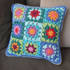 Crochet Pillow Patterns Free, Crochet Motifs, Granny Square Crochet Pattern, Crochet Squares, Crochet Box, Crochet Crafts, Crochet Projects, Crochet Cushion Cover, Crochet Cushions